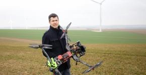 Un drone qui ausculte les éoliennes