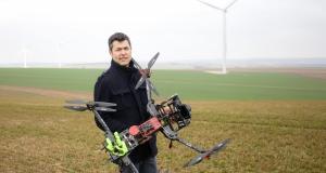 un-drone-qui-ausculte-les-eoliennes