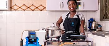 En Afrique, Fenix présente Fumba : une cuisinière écologique à la portée de tous les revenus